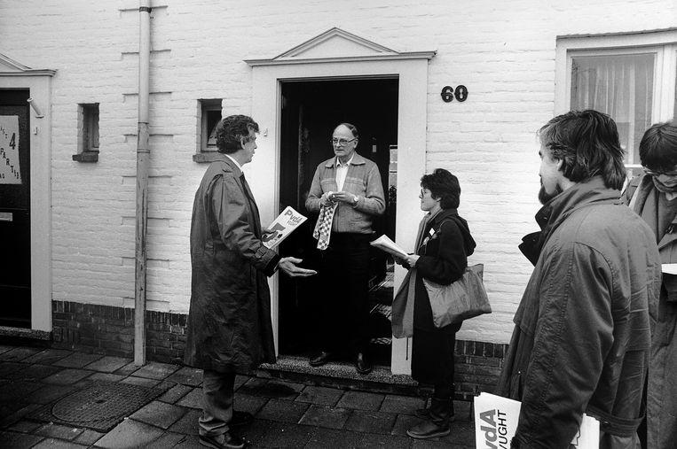 Wim Kok, lijsttrekker PvdA en PvdA-partijvoorzitter Max van den Berg gaan in 1986 langs de deuren in Vught om te praten met mensen over de PvdA en de aanstaande Tweede Kamerverkiezingen.  Beeld Hollandse Hoogte / Jan Everhard