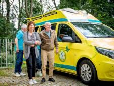 Eef van de Geijn (86) reed jaren de ambulance, en glundert nog een laatste ritje lang