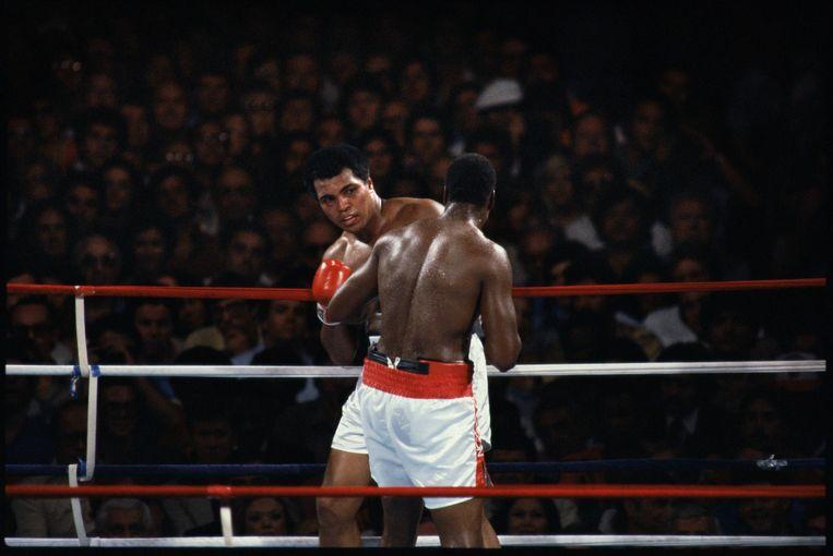 Muhammad Ali kijkt angstig naar Larry Holmes in de negende ronde. Het gevecht zou een ronde later gestopt worden, Ali kreeg een pak slaag van zijn voormalige sparringpartner. Beeld Guus Dubbelman / de Volkskrant