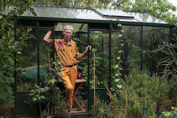 Milieuactivist Johan Vollenbroek in de kas in zijn achtertuin