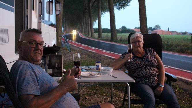 """Wie koers zegt, zegt mobilhomes. Tientallen mensen logeerden óp het parcours tussen Knokke en Brugge: """"Een WK in eigen land, dat wil je toch niet missen?"""""""