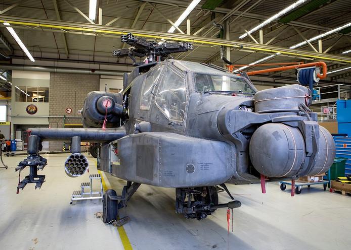 Eén van de uit Mali teruggekeerde Apaches die op de basis een grote onderhoudsbeurt krijgen.