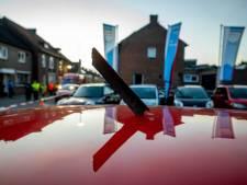 Door vliegtuigonderdeel geraakte rode auto op unieke foto stond te koop voor 14.950 euro