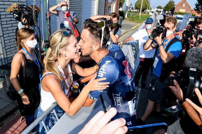 Seconden nadat Dries De Bondt vorig jaar in Anzegem Belgisch kampioen wielrennen werd, vloog hij z'n vriendin in de armen. Nadien werd nog duchtig gefeest, ook door een aantal vrijwilligers die het BK in goede banen hielpen leiden.