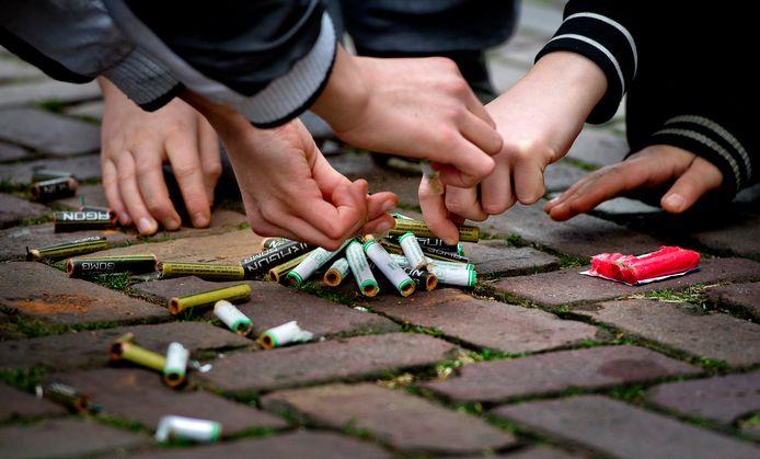 2012-12-31 10:50:51 AMSTERDAM - Jongeren steken vuurwerk af op de laatste dag van het jaar. Het afsteken is toegestaan vanaf 10:00 uur tot nieuwjaarsdag 02:00 uur. ANP KOEN VAN WEEL