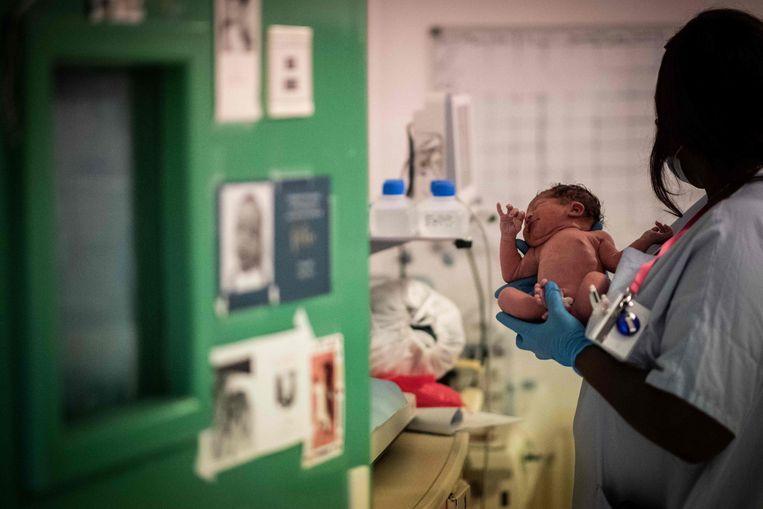 Een pasgeboren baby in het Diaconessenziekenhuis in Parijs. Toch besloten veel stellen in Frankrijk het krijgen van kinderen uit te stellen. Beeld AFP