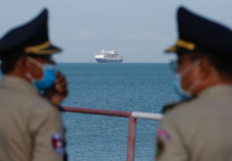 Cruiseschip de Westerdam wacht voor de kust van Cambodja op toestemming om de haven in te mogen, 13 februari. Op het schip heerste het coronavirus. Beeld EPA