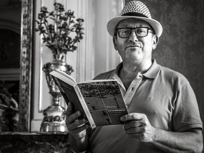 Tom Lanoye liet zich fotograferen met een 'verboden boek'.