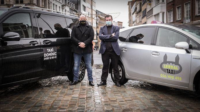 Dominic Creus van Taxi Dominic en Peter Kemseke van Taxi Leiedal, op de Grote Markt in Kortrijk