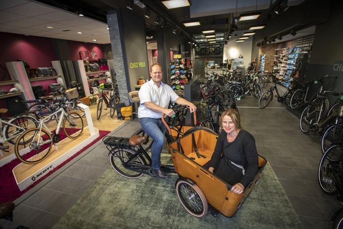 Medewerkers Cyril Moller en Ellen Evers van de nieuwe rijwielzaal in de Grotestraat in Almelo .