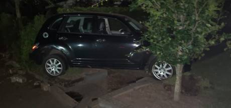 Familie Schulte uit Denekamp flink geschrokken: 'Auto in je tuin gebeurt niet iedere dag'