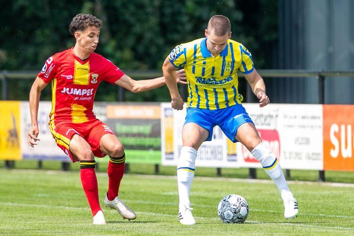Giovarny Sluiter (l) namens GA Eagles in duel met RKC player Sebbe Augustijns (r).