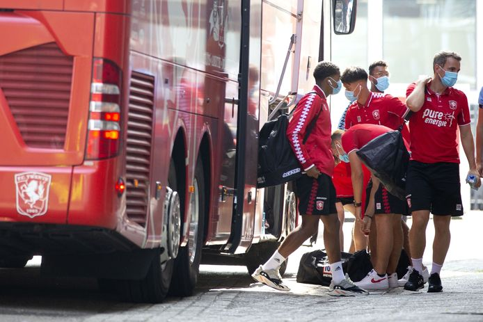 Mondkapjes zijn ook voor de voetballers van FC Twente en Heracles een vast kledingstuk geworden.