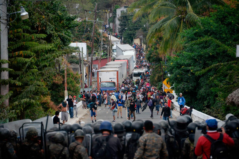 In de Guatamalteekse stad Vado Hondo wordt de migrantenkaravaan tegengehouden door ordetroepen. Beeld AFP