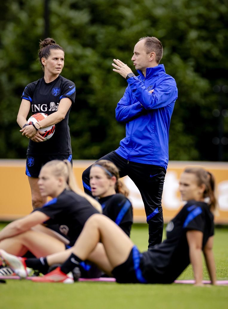 De nieuwe bondscoach Mark Parsons tijdens een training met de voetbalvrouwen in de voorbereiding op de WK-kwalificatiewedstrijden. Beeld ANP