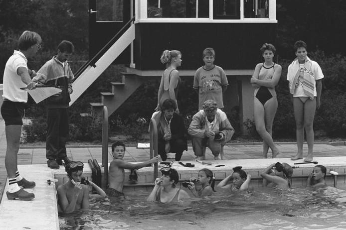 Oud-fotograaf Ben Steffen was in 1987 voor de krant bij een snorkelles in een buitenzwembad. Weet u waar? Herkent u mensen? Ook les gehad van deze badmeester? We kijken uit naar uw reacties.