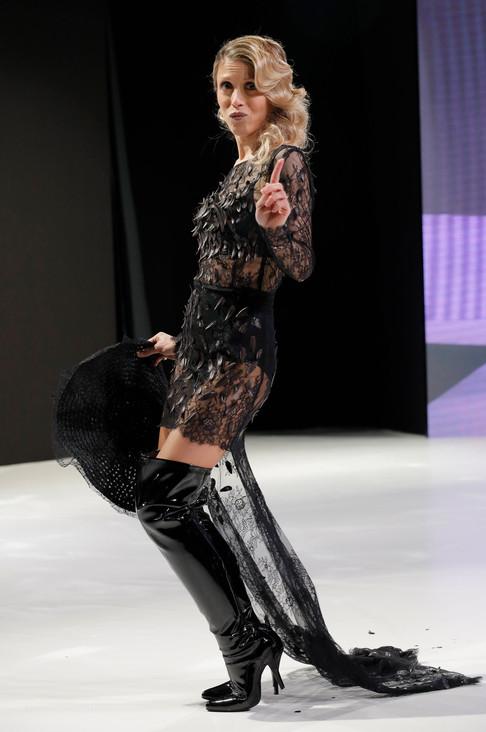 Foto van Modellen showen smakelijke jurken op Paris Chocolate Fair