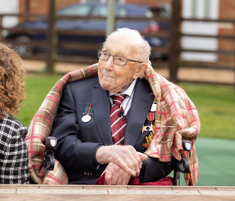 De Britse veteraan Tom Moore (100) is na een week zijn eerste plek in de Britse hitlijsten kwijt. Moore zakte met zijn versie van You'll Never Walk Alone, waarvan alle opbrengsten naar de Britse gezondheidsdienst NHS gaan, naar de 21e plek. Beeld EPA
