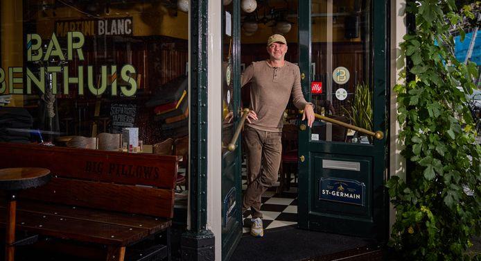 Danny Nederstigt bij de ingang van zijn café Bar Benthuis: ,,Ik ben een doorzetter. Dat heb ik van mijn vader.''