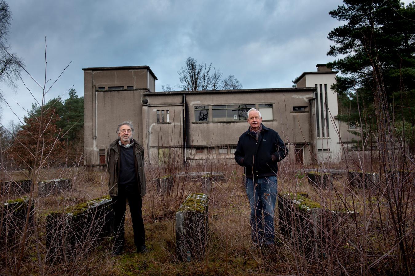 Chris Kamermans en Willem Geense (r) zijn boos dat de provincie morrelt aan de natuurbescherming op een aantal gevoelige locaties, zoals rond de zendgebouwen van Radio Kootwijk en het 50kV-station (foto).