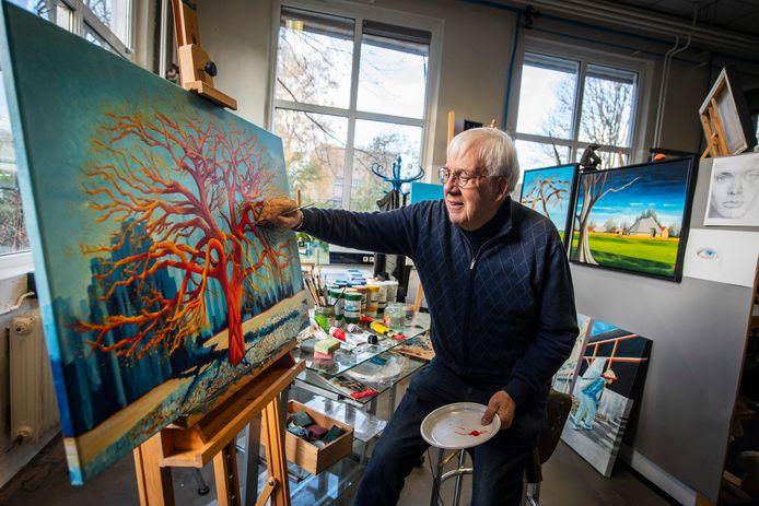 """Cees van Sparrentak, werkend aan zijn schilderij De Rode Eik: """"De rode eik laat zien hoe ingewikkeld het leven soms kan zijn. De stam staat stevig, maar de vertakkingen gaan alle kanten op."""""""