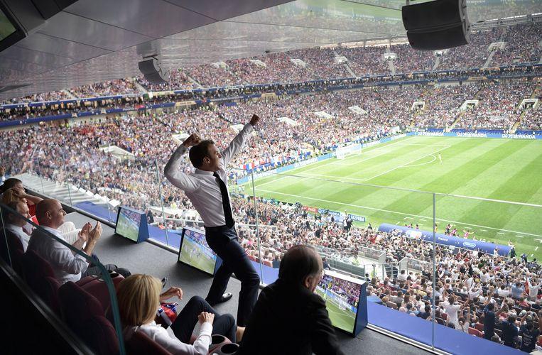 De Franse president Emmanuel Macron springt op wanneer Frankrijk de wereldbeker wint. President Poetin (uiterst links) en Fifa-president Gianni Infantiono, zijn een stuk minder uitbundig.