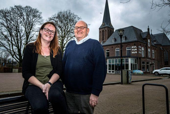 De nieuwe beheerder Anja Beumer en bestuursvoorzitter Peter Koerkamp zien het kulturhus in Heeten weer opbloeien.