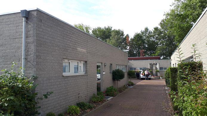 Het klooster aan de Hervensebaan is opgetrokken uit grijze betonsteen.