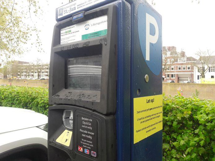 Parkeerautomaat waar betalen met muntgeld niet meer lukt. Door haperingen 'werkt' de bankpas evenmin.