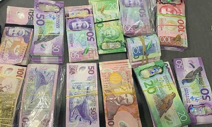 La police a trouvé 100.000 dollars australiens (60.051 euros) dans la voiture.