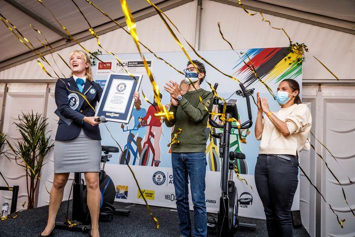 Een afgevaardigde van Guinness World Record overhandigt het certificaat aan burgemeester Ridouania en schepen Wadera.