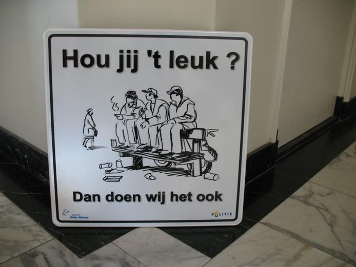 Bij de vroegere ontmoetingsplek in Opheusden was het niet altijd even gezellig, getuige dit bord.