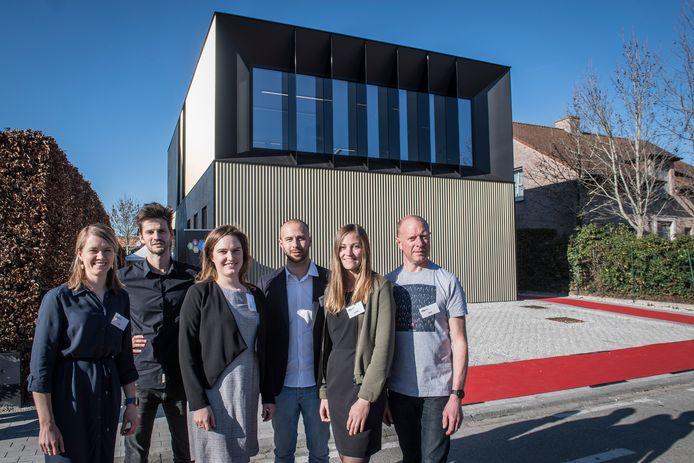 Op de Meensesteenweg openden de docenten van opleidingscentrum Alert! hun nieuwe hoofdkwartier. We zien Lore Vannesse, Sam Verschelde, Sophie Vandemarliere, Daan Castelein, Justine Schramme en Bart Langsweirt.