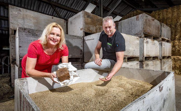 Boer Hans Nieuwenburg bij zijn 10 ton geoogste rogge samen met Gudrun Kummerer van Bakkerij Verbeek. De bakkerij kan hier maar liefst 12.000 roggebroden mee maken.