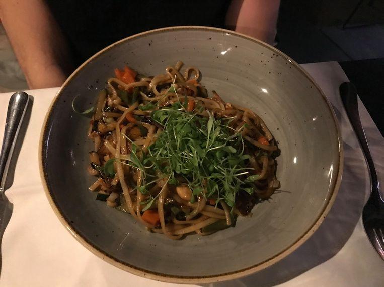 Er mogen dan slechts twee vegetarische gerechten op de kaart staan: deze Thaise wok maakt veel goed.