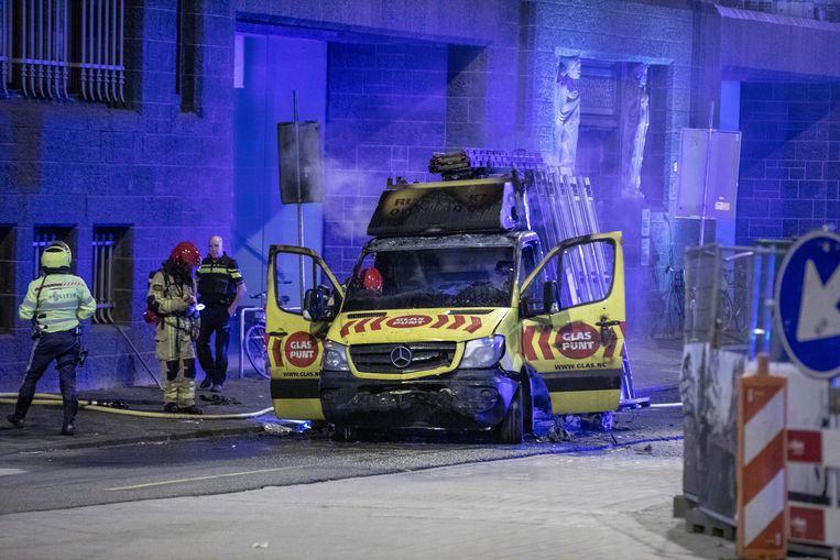 Het busje waarmee op de politieauto werd ingereden, vloog in brand tijdens het incident. Beeld Michel van Bergen