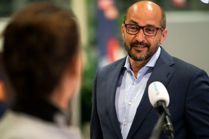 2020-04-06 18:54:16 UTRECHT - Burgemeester Ahmed Marcouch van Arnhem komt aan op het provinciehuis in Utrecht voor overleg met burgemeesters van de 25 grootste gemeenten.ANP JEROEN JUMELET