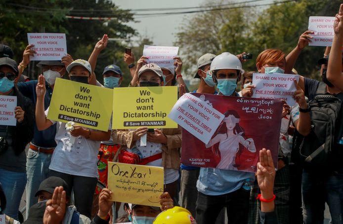 Demonstranten bij de Indonesische ambassade in Yangon, Myanmar.