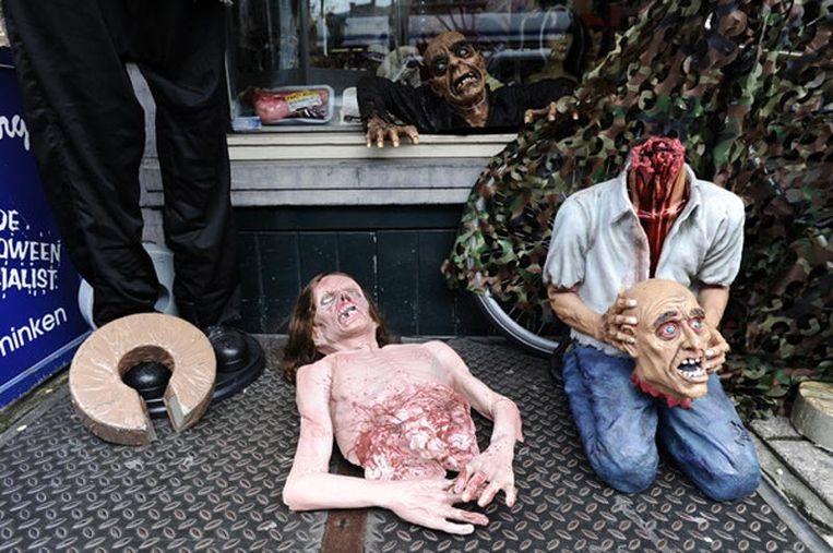 Een winkel in het centrum heeft zijn koopwaren uitgestald en heeft over belangstelling niet te klagen. Foto Evert Elzinga Beeld