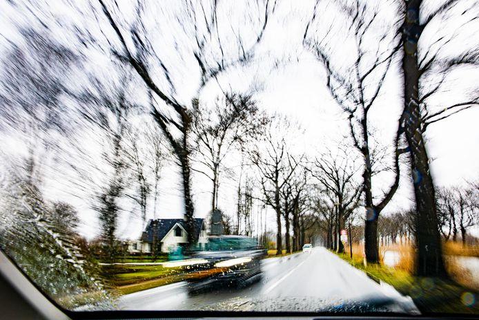 De weg langs het kanaal is smal en heeft aan weerszijden flinke bomen. Regelmatig gebeuren er ongelukken, met vaak ernstige gevolgen.