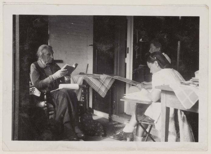 Henriëtte Roland Holst (links) op de veranda van de Angorahoeve met Charley Toorop en haar buurmeisje Ali Goubitz.