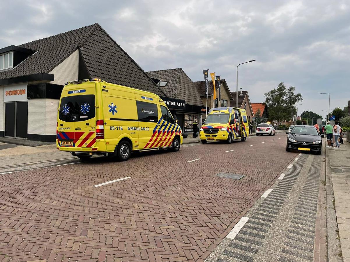 Op de Hammerweg in Vriezenveen is zaterdagmiddag een kind aangereden. Het jonge slachtoffer was aan het voetballen en kwam tijdens het spelen op de weg terecht.
