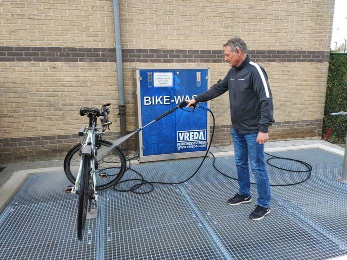 Een medewerker van de dienst Sport maakt gebruik van de bikewash.