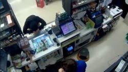 Overvaller smeekt om vergiffenis wanneer winkelier wapen bovenhaalt