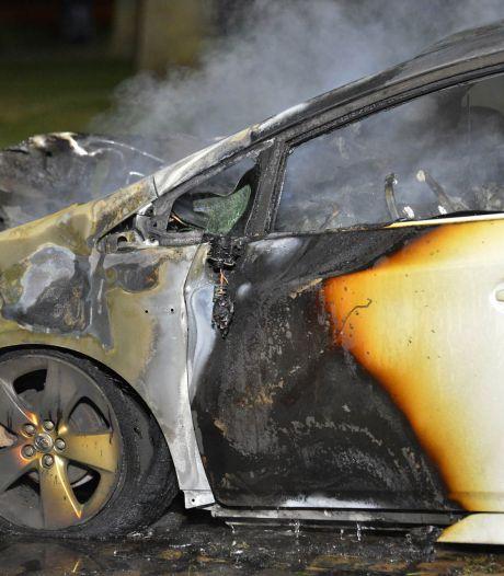 Geparkeerde auto in Breda verwoest door brand