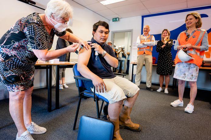 Havenbedrijf Rotterdam begint op proef zeevarenden te vaccineren tegen het coronavirus. North Sea Port volgt dat voorbeeld vooralsnog niet.