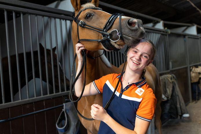 Ilse de Wilde met haar paard Falco bij Worrell Stables in Woudrichem.