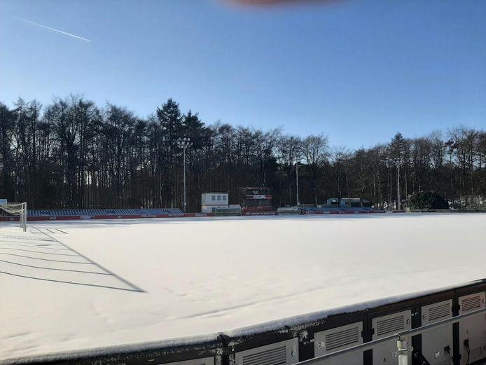 Het veld op De Herdgang waar Jong PSV zijn wedstrijden speelt is onbespeelbaar.