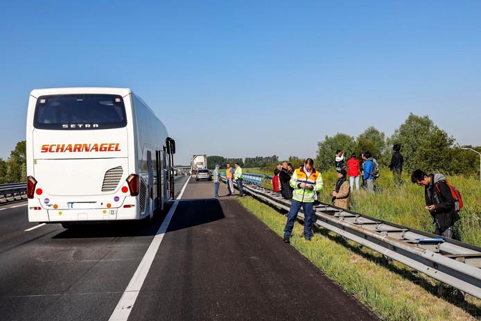 Een touringcar is woensdagochtend op een vrachtwagen gereden.