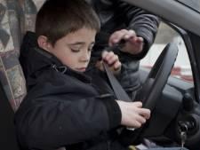 Als 12-jarige achter het stuur: steeds meer kinderen gaan zonder rijbewijs de weg op